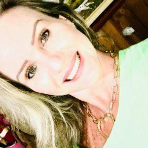 Mulher sorri para uma selfie