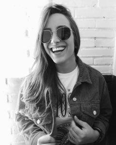 Mulher sorri em uma foto preto e branco