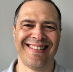 Homem sorrindo em uma selfie