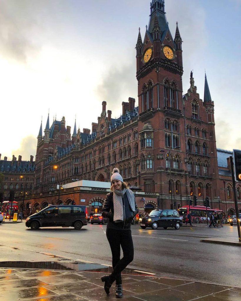 Renata posa em frente a um monumento arquitetônico de Londres.